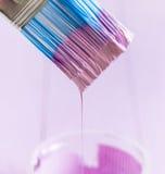 Le processus de peindre le bois embarque avec la brosse et la couleur violette Photographie stock libre de droits