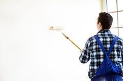Le processus de peindre les murs dans la chambre photos libres de droits
