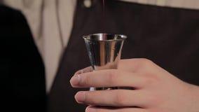 Le processus de préparer un cocktail alcoolique à la barre banque de vidéos