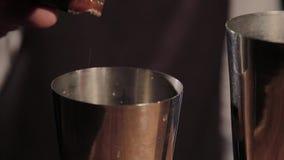 Le processus de préparer un cocktail alcoolique à la barre clips vidéos