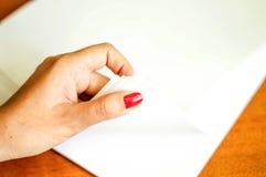 Le processus de tourner le papier blanc de bureau Image libre de droits