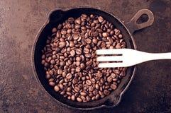Le processus des grains de café de torréfaction Images libres de droits