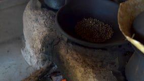 Le processus du café traditionnel de torréfaction sur le four clips vidéos