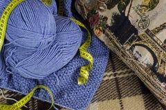 Le processus du tricotage à la main Images stock