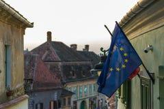 Le prochain doigt de drapeau europeean le roumain à Sibiu, Roumanie Image libre de droits