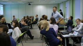 Le professeur avec les étudiants regardent la photo du projecteur et analysent l'informationon financier une leçon sur banque de vidéos
