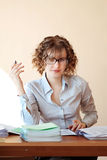 Le professeur avec un stylo s'asseyent à disposition à un bureau dans la salle de classe et le ch Images libres de droits