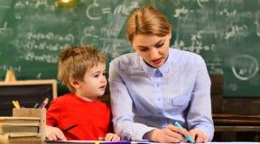 Le professeur crée le sens de la communauté et appartenant dans la salle de classe, les professeurs charismatiques sont des amour Images stock