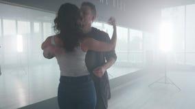 Le professeur de danse et son associé féminin apprenant la danse sociale se déplace clips vidéos