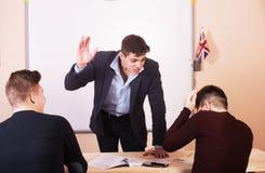 Le professeur de Youn menace l'étudiant distrait pendant la leçon Photographie stock