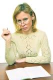Le professeur derrière une table photos libres de droits