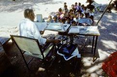 Le professeur enseigne des enfants Image libre de droits