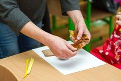 Le professeur enseigne l'étudiant à sculpter avec de l'argile Photos stock