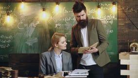 Le professeur et l'?tudiant ont la le?on Travail d'homme d'affaires avec la secr?taire de femme dans le bureau d'?cole Homme barb banque de vidéos