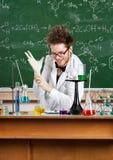 Le professeur fou met les gants médicaux en fonction Photographie stock