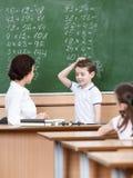 Le professeur interroge l'élève Images stock