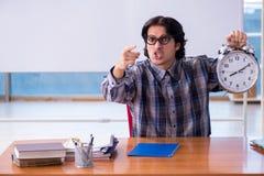 Le professeur masculin dr?le devant le tableau blanc photographie stock libre de droits
