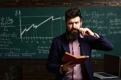Le professeur a son propre amour d'apprendre le professeur inspire des étudiants avec sa passion pour l'éducation Les étudiants r photo stock