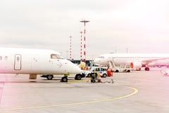 Le profil bilatéral a garé des avions avec des fenêtres d'avion à fuselage large Photos stock