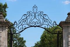 Le progettazioni floreali stilizzate decorano il portone dell'entrata di un parco a Nantes (Francia) Fotografie Stock