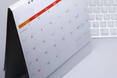 Le programme de bureau de blanc de calendrier du 1er janvier 2017 a mis dessus la table Photographie stock