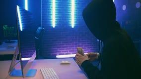 Le programmeur de pirate informatique d'homme obtient l'argent pour son travail banque de vidéos
