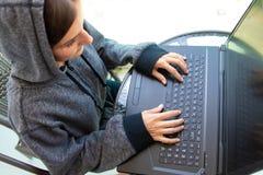 Le programmeur de pirate informatique de femme travaille sur l'ordinateur au centre de sécurité de cyber rempli d'écrans de visua image libre de droits