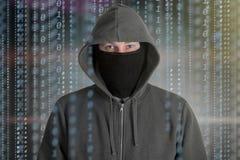 Le programmeur de pirates informatiques regardent sur l'écran et écrivent l'information d'entaille de code de programme illustration stock