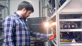 Le programmeur examine des paramètres de ` de processeurs