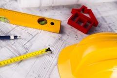 Le projet architectural et le casque et la maison jaunes modèlent Images libres de droits