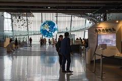 Le projet de Tsunagari dans le Musée National de Miraikan de la Science naissante et l'innovation représentent la terre W photographie stock