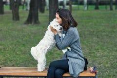 Le propriétaire étreignant et embrassent son chien Photo stock