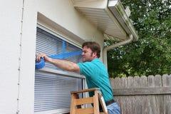 Le propriétaire d'une maison enregistre Windows sur bande photos libres de droits
