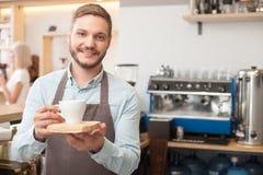 Le propriétaire masculin gai du cafétéria sert le client Photos libres de droits