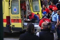 Le protestataire blessé est porté dans l'ambulance Photos libres de droits