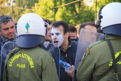 Le protestataire discute avec des policiers Photo libre de droits