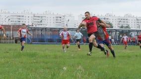 Le protezioni di rugby bloccano un giocatore ma segna molto duro video d archivio