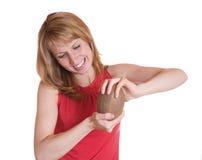 Le prove della ragazza per rompere noce di cocco Fotografia Stock Libera da Diritti