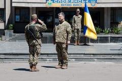 Le président de l'Ukraine Petro Poroshenko a attribué le soldat Photographie stock libre de droits