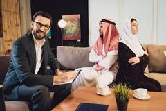 Le psychologue réussi accepte les ménages mariés images stock