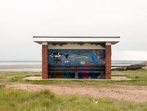 Le public peint a couvert des sièges au bord de la mer aucune personnes Photo libre de droits