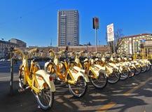 Le public va à vélo le stationnement (Milan - Italie) Images libres de droits