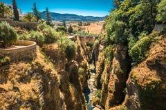 Le Puente Viejo - vieux pont à Ronda, province Photo stock