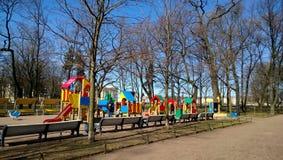 Le puits a équipé le terrain de jeu au centre de la ville près du parc Un bon nombre d'amusement pour des enfants et des bancs po Photographie stock