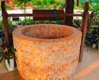 Le puits d'eau creusé est une structure créée dans la terre par le creusement pour accéder à des eaux souterraines en couches aqu photo stock