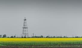 Le puits de pétrole et de gaz calent, gisement rural décrit de canola images stock