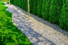 Le puits a maintenu le jardin formel avec des chemins de petites pierres, hedg Photographie stock