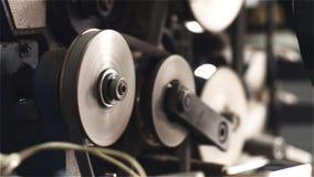 Le pulegge girano le cinghie in un torchio tipografico archivi video