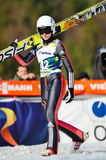 Le pullover de ski inconnu concurrence dans le FIS Ski Jumping World Cup Ladies Photographie stock