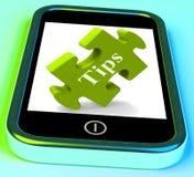 Le punte Smartphone significa i suggerimenti ed i suggerimenti online Fotografie Stock Libere da Diritti